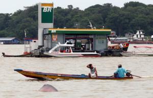 ROYALTIES60 - COARI/AM - 12/12/2011 - COARI/ROYALTIES - ECONOMIA OE JT - ((((  EMBARGADO E EXCLUSIVO )))) - Matéria especial sobre a questão da utilização dos royalties do gás natural proveniente da Reserva de Urucu em prol do desenvolvimento do Município de Coari. Coari é um município brasileiro do estado do Amazonas de grande importância para a economia do Estado e da União, sendo uma das cidades mais ricas da Região norte. Na área territorial do município, localiza-se a plataforma da Petrobrás de Urucu, onde se extrai petróleo e gás. No local foi construído gasodutos quem levam gás até Manaus e Porto Velho. O município está localizado no rio Solimões entre o Lago de Mamiá e o Lago de Coari, traz em sua herança e memória a força dos índios Catuxy, Jurimauas, Passés, Irijus, Jumas, Purus, Solimões, Uaiupis, Uamanis e Uaupés. O nome Coari também está ligado às raízes indígenas e há duas versões: Em 1759 a aldeia é elevada a lugar com o nome de Alvelos. Em 2 de dezembro de 1874 foi elevada a vila, em 2 de agosto de 1932 a Vila de Coari é elevada a categoria de município. Na foto, boto próximo ao porto de Coari. Foto: FABIO MOTTA/AGENCIA ESTADO/AE
